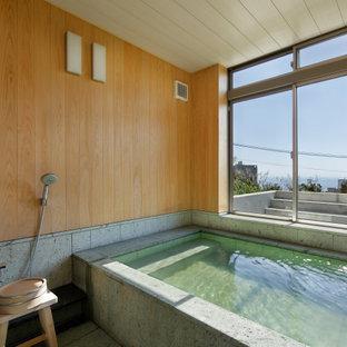 京都のコンテンポラリースタイルのおしゃれな浴室 (大型浴槽、グレーの床) の写真