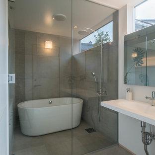 名古屋のインダストリアルスタイルのおしゃれな浴室 (置き型浴槽、オープン型シャワー、グレーの壁、コンクリートの床、グレーの床、オープンシャワー) の写真