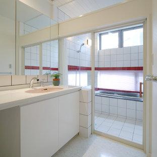 他の地域, のコンテンポラリースタイルのおしゃれな浴室 (白いキャビネット、コーナー型浴槽、オープン型シャワー、白い壁、一体型シンク、オープンシャワー) の写真