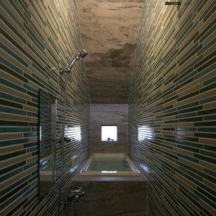 Idee per una piccola stanza da bagno contemporanea con vasca da incasso, piastrelle verdi, piastrelle marroni, piastrelle beige, piastrelle a listelli e pareti multicolore