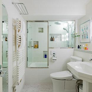 東京23区のコンテンポラリースタイルのおしゃれな浴室 (分離型トイレ、白い壁、ペデスタルシンク、白い洗面カウンター、白いキャビネット、白いタイル、白い床) の写真
