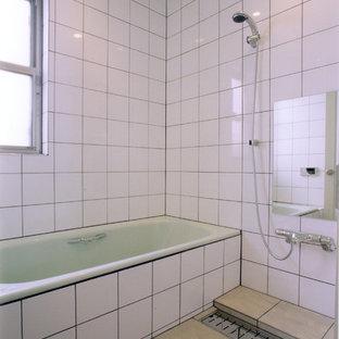 他の地域のモダンスタイルのおしゃれな浴室 (オープン型シャワー、白い壁、ベージュの床、オープンシャワー) の写真