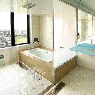 Idee per una piccola stanza da bagno padronale minimalista con ante blu, vasca giapponese, doccia aperta, pavimento in gres porcellanato, lavabo sottopiano, pavimento beige e top blu