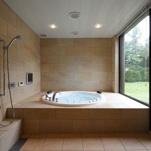 Mittelgroßes Modernes Badezimmer En Suite mit Whirlpool, Doppeldusche, beigefarbenen Fliesen, Porzellanfliesen, beiger Wandfarbe, Porzellan-Bodenfliesen und beigem Boden in Sonstige