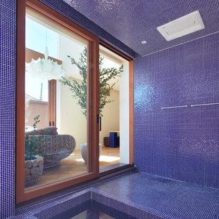 大阪の地中海スタイルのおしゃれな浴室 (ドロップイン型浴槽、青いタイル、青い壁、青い床) の写真