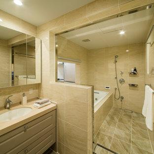 東京都下の地中海スタイルのおしゃれな浴室 (ベージュのキャビネット、オープン型シャワー、ベージュの壁、一体型シンク、茶色い床、オープンシャワー) の写真