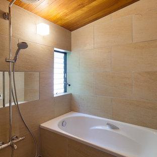 他の地域のモダンスタイルのおしゃれな浴室 (置き型浴槽、オープン型シャワー、ベージュの壁、ベージュの床、オープンシャワー) の写真