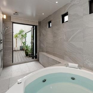 コンテンポラリースタイルのおしゃれな浴室 (オープン型シャワー、グレーの壁、グレーの床、オープンシャワー) の写真