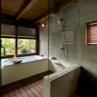 東京23区のコンテンポラリースタイルのおしゃれな浴室 (ドロップイン型浴槽、洗い場付きシャワー、グレーの壁、濃色無垢フローリング、茶色い床) の写真