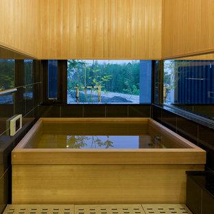 名古屋の小さい和風のおしゃれな浴室 (和式浴槽、マルチカラーの壁) の写真