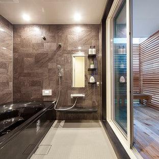 他の地域のモダンスタイルのおしゃれな浴室 (茶色いタイル、茶色い壁、白い床) の写真