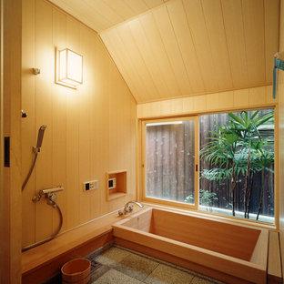 大阪の和風のおしゃれな浴室 (ドロップイン型浴槽、オープン型シャワー、茶色い壁、グレーの床、オープンシャワー) の写真