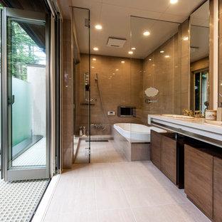 ミッドセンチュリースタイルのおしゃれなマスターバスルーム (茶色いキャビネット、ドロップイン型浴槽、茶色いタイル、茶色い壁、オーバーカウンターシンク、ベージュの床、ベージュのカウンター) の写真