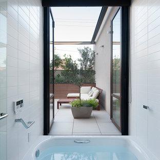 東京23区のモダンスタイルのおしゃれな浴室 (ドロップイン型浴槽、オープン型シャワー、白いタイル、白い壁、グレーの床、オープンシャワー) の写真