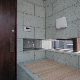 Immagine di una stanza da bagno padronale etnica di medie dimensioni con vasca giapponese, piastrelle verdi, piastrelle in pietra, doccia a filo pavimento, pavimento in marmo, pavimento verde e doccia aperta