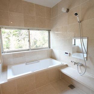 Ejemplo de cuarto de baño principal, asiático, pequeño, con bañera encastrada, ducha abierta, baldosas y/o azulejos beige, baldosas y/o azulejos de mármol, ducha abierta, paredes beige y suelo beige