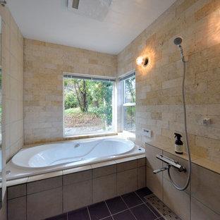 横浜のアジアンスタイルのおしゃれな浴室 (コーナー型浴槽、オープン型シャワー、ベージュの壁、黒い床、オープンシャワー) の写真
