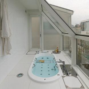 東京23区のコンテンポラリースタイルのおしゃれな浴室 (ドロップイン型浴槽、オープン型シャワー、白いタイル、白い壁、白い床、オープンシャワー) の写真