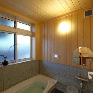 Ispirazione per una piccola stanza da bagno padronale etnica con doccia aperta, piastrelle verdi, piastrelle in pietra, pavimento in marmo, top in marmo, vasca giapponese, pareti beige, pavimento verde, doccia aperta e top verde
