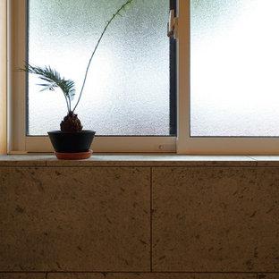 Ejemplo de cuarto de baño principal, asiático, pequeño, con ducha abierta, baldosas y/o azulejos verdes, baldosas y/o azulejos de piedra, suelo de mármol, encimera de mármol, bañera japonesa, paredes verdes, suelo verde, ducha abierta y encimeras verdes