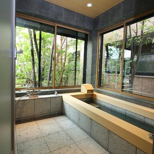 Foto di una stanza da bagno etnica con doccia a filo pavimento, piastrelle grigie, piastrelle in ceramica, pareti grigie, pavimento con piastrelle in ceramica e vasca ad alcova