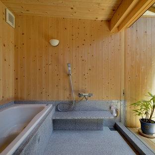 他の地域のアジアンスタイルのおしゃれなマスターバスルーム (ドロップイン型浴槽、オープン型シャワー、グレーのタイル、ベージュの壁、グレーの床、オープンシャワー) の写真
