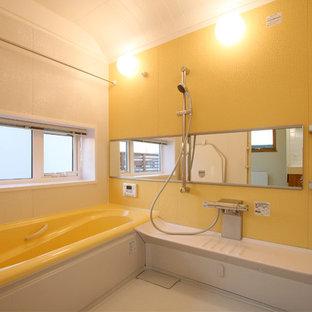 他の地域の地中海スタイルのおしゃれな浴室 (コーナー型浴槽、黄色い壁、白い床) の写真