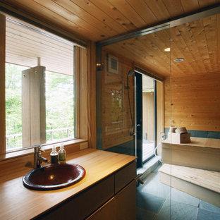 東京都下の和風のおしゃれな浴室 (フラットパネル扉のキャビネット、中間色木目調キャビネット、オープン型シャワー、茶色い壁、オーバーカウンターシンク、木製洗面台、グレーの床、オープンシャワー) の写真