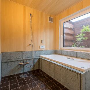 Mittelgroßes Asiatisches Badezimmer mit Eckbadewanne, grauen Fliesen, Marmorfliesen, beiger Wandfarbe, Korkboden und schwarzem Boden in Sonstige