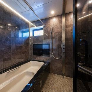 東京23区のモダンスタイルのおしゃれな浴室 (コーナー型浴槽、オープン型シャワー、グレーの壁、グレーの床) の写真