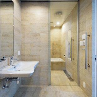 東京23区のモダンスタイルのおしゃれな浴室 (コーナー型浴槽、ベージュのタイル、ベージュの壁、ベージュの床、引戸のシャワー) の写真