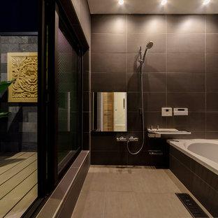 東京23区のアジアンスタイルのおしゃれな浴室 (コーナー型浴槽、オープン型シャワー、グレーの壁、グレーの床、オープンシャワー) の写真