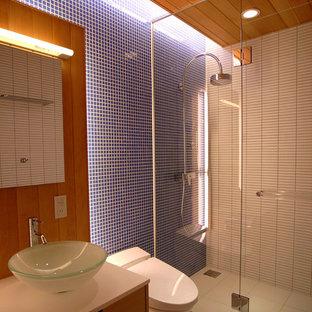 他の地域の中サイズのコンテンポラリースタイルのおしゃれなバスルーム (浴槽なし) (ガラス扉のキャビネット、白いキャビネット、ダブルシャワー、青いタイル、ガラスタイル、白い壁、セラミックタイルの床、ベッセル式洗面器、人工大理石カウンター、白い床、白い洗面カウンター) の写真