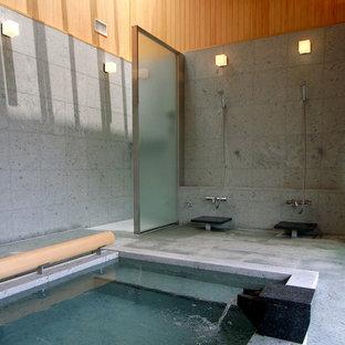 他の地域, の広いモダンスタイルのおしゃれなマスターバスルーム (大型浴槽、洗い場付きシャワー、石タイル、オープンシャワー、グレーのタイル、グレーの壁、グレーの床) の写真