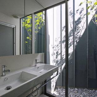 Ispirazione per una stanza da bagno design con pareti bianche, lavabo sospeso e pavimento rosso