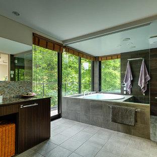 他の地域のコンテンポラリースタイルのおしゃれなマスターバスルーム (フラットパネル扉のキャビネット、濃色木目調キャビネット、大型浴槽、洗い場付きシャワー、マルチカラーのタイル、モザイクタイル、白い壁、ベッセル式洗面器、オープンシャワー) の写真