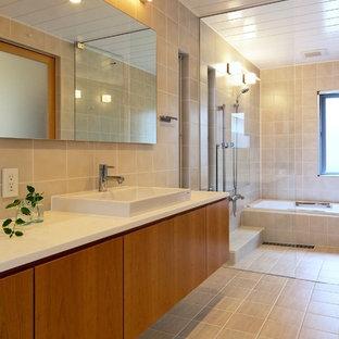 名古屋のコンテンポラリースタイルのおしゃれな浴室 (フラットパネル扉のキャビネット、中間色木目調キャビネット、ドロップイン型浴槽、ベージュのタイル、ベッセル式洗面器、ベージュの床、白い洗面カウンター) の写真