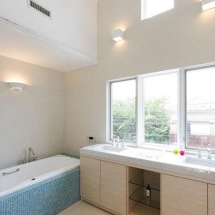 東京23区のアジアンスタイルのおしゃれな浴室 (白い壁、白い床) の写真