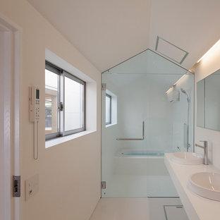 他の地域のコンテンポラリースタイルのおしゃれな浴室 (コーナー型浴槽、オープン型シャワー、白い壁、オーバーカウンターシンク、白い床、オープンシャワー) の写真
