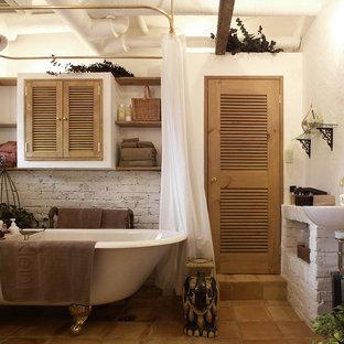 東京23区のカントリー風おしゃれな浴室 (猫足バスタブ、白い壁、テラコッタタイルの床、コンソール型シンク、茶色い床) の写真