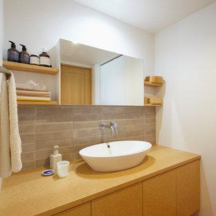 他の地域のコンテンポラリースタイルのおしゃれな浴室 (フラットパネル扉のキャビネット、茶色いキャビネット、グレーのタイル、白い壁、無垢フローリング、ベッセル式洗面器、木製洗面台、茶色い床、ブラウンの洗面カウンター) の写真