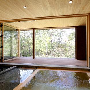 Diseño de cuarto de baño principal, asiático, grande, con bañera japonesa, baldosas y/o azulejos grises, baldosas y/o azulejos de piedra, paredes beige, suelo de baldosas de porcelana y suelo gris