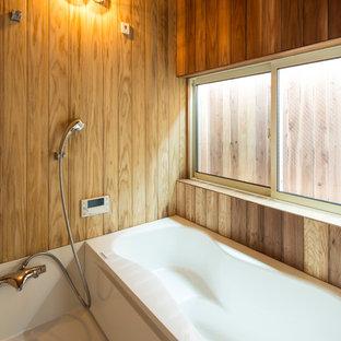 横浜のアジアンスタイルのおしゃれな浴室 (コーナー型浴槽、オープン型シャワー、茶色い壁、白い床、オープンシャワー) の写真