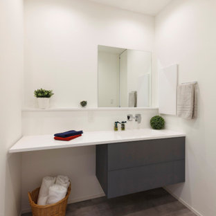 他の地域のコンテンポラリースタイルのおしゃれな浴室 (白い壁、造り付け洗面台、クロスの天井、壁紙) の写真