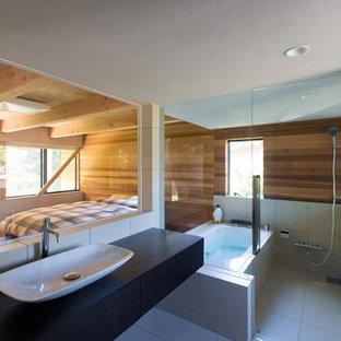 Foto de cuarto de baño moderno con bañera esquinera, ducha abierta, paredes marrones, lavabo sobreencimera, suelo blanco y ducha abierta
