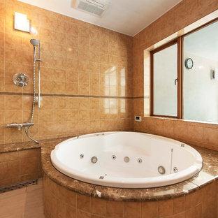 他の地域の地中海スタイルのおしゃれな浴室 (コーナー型浴槽、オープン型シャワー、茶色いタイル、茶色い壁、ベージュの床、オープンシャワー) の写真