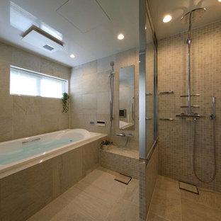 東京23区のトラディショナルスタイルのおしゃれな浴室 (アンダーマウント型浴槽、ベージュのタイル、モザイクタイル、ベージュの壁、セラミックタイルの床、ベージュの床) の写真