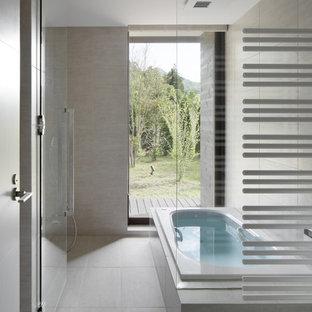 他の地域のモダンスタイルのおしゃれな浴室 (コーナー型浴槽、オープン型シャワー、ベージュの壁、ベージュの床、オープンシャワー) の写真