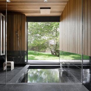 Imagen de cuarto de baño principal, de estilo zen, con jacuzzi, ducha doble, baldosas y/o azulejos negros y baldosas y/o azulejos de piedra
