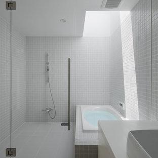 他の地域, のインダストリアルスタイルのおしゃれな浴室 (コーナー型浴槽、オープン型シャワー、白い壁、白い床、オープンシャワー) の写真